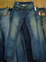 TRUE RELIGION RICKY SUPER T STYLE:M24859M32 COLOR:PKM-LOCOMOTIVE